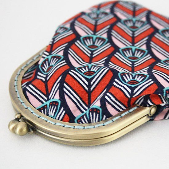 Making a clutch with a clasp frame can be tricky, but with this step to step tutorial you'll be able to make a clutch in no time! thanks so xox