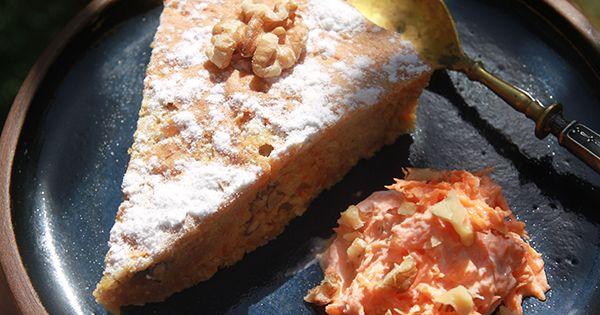 Невероятно, но факт: в Израиле простой морковный кекс почему-то считается праздничным десертом. Его не станут подавать на день рождения – для этого случая есть шоколадный торт или чизкейк. Но на остальных праздниках, дружеских посиделках, всевозможных вечеринках, где нужно произвести впечатление своим кулинарным искусством, морковный кекс – самый желанный гость. Чем же объяснить такой пиетет израильтян к плебейской морковке