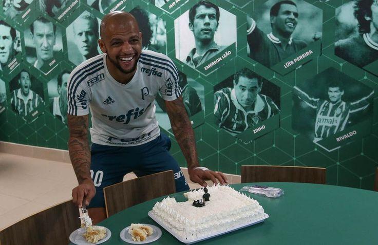Felipe Melo ganhou um bolo de aniversário na Academia (Foto: Cesar Greco/Ag Palmeiras)