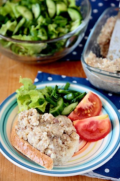 Форшмак, наряду с фаршированной рыбой, считается традиционным еврейским блюдом. Вполне могу согласиться с этим утверждением - и бабушка,и мама, и свекровь
