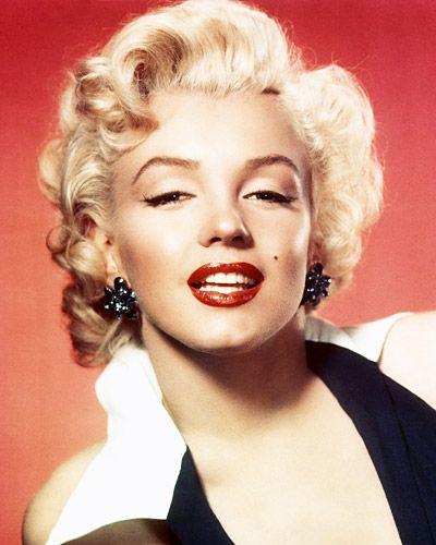 Яркие алые губы названы самым значимым трендом в косметике за всю историю.  Ну кому из нас хотя бы раз не хотелось яркую красную губную помаду, а как результат – красивые губы, привлекающие внимание и взгляды мужчин. Самой значимой персоной, которая как раз таки отдавала предпочтение именно такому образу, стала Мэрилин Монро. Секс-символ Голливуда 1950-х годов предпочитала помаду ярких красных оттенков, которая стала фирменным знаком Мэрилин.