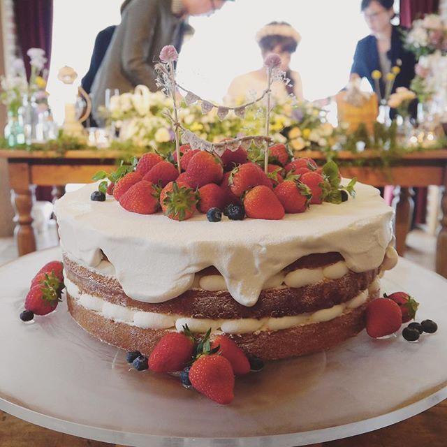 ひとくちしかたべれなかった 念願のネイキッドケーキ 生クリームが 今にも垂れちゃうよ〜 というのが唯一わたしの 譲れないポイントでした! ケーキトッパーも 手作りでもナチュラルになって 可愛かった〜♡ もっと眺めていたかった^ ^ #結婚式 #wedding #2016wedding #ラクラリエール #ミネマス #minemasuwedding #minemasu0111 #卒業 #ウェディングケーキ #花嫁 #ガーデンウェディング #ナチュラルウェディング #ブライズメイド #卒花 #クラリエール #weddingtbt #ネイキッドケーキ #プレ花嫁卒業 #披露宴