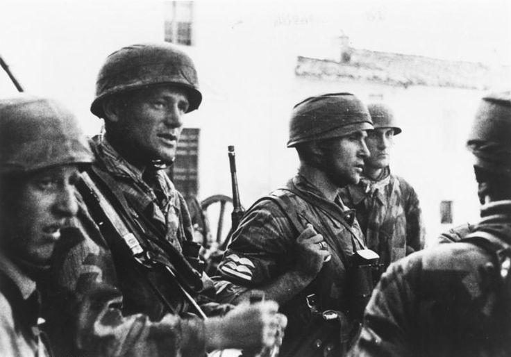 Im italienischen Raum kämpfen unsere Fallschirmjäger gegen Briten und Amerikaner. Ein Stosstrupp, der in einem kleinen Ort eine schwierige Aufgabe durchzuführen hatte, sammelt sich am verabredeten Platz und bespricht den weiteren Verlauf der Unternehmung. Pk-Aufnahme Kriegsberichter Biedermann 21.10.1943