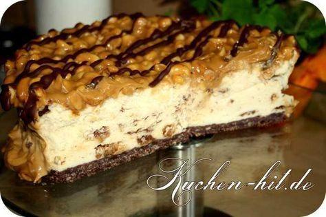 """Eine Art """"Snickers Kuchen"""" / Karamell Käsekuchen Alle Erdnuss- und Karamellfans kommen bei diesem ausgefallenem Käsekuchen auf Ihre Kosten. Der Teig bei diesem Käsekuchen besteht aus einem Schokomürbeteig, die Quarkfüllung ist selbst nicht allzu süß, weil dieser Karamell Kuchen abschließend von einer süßen Karamellschicht verschlossen wird, welche natürlich eine gewisse Süße beinhaltet. Es ist Euch …"""