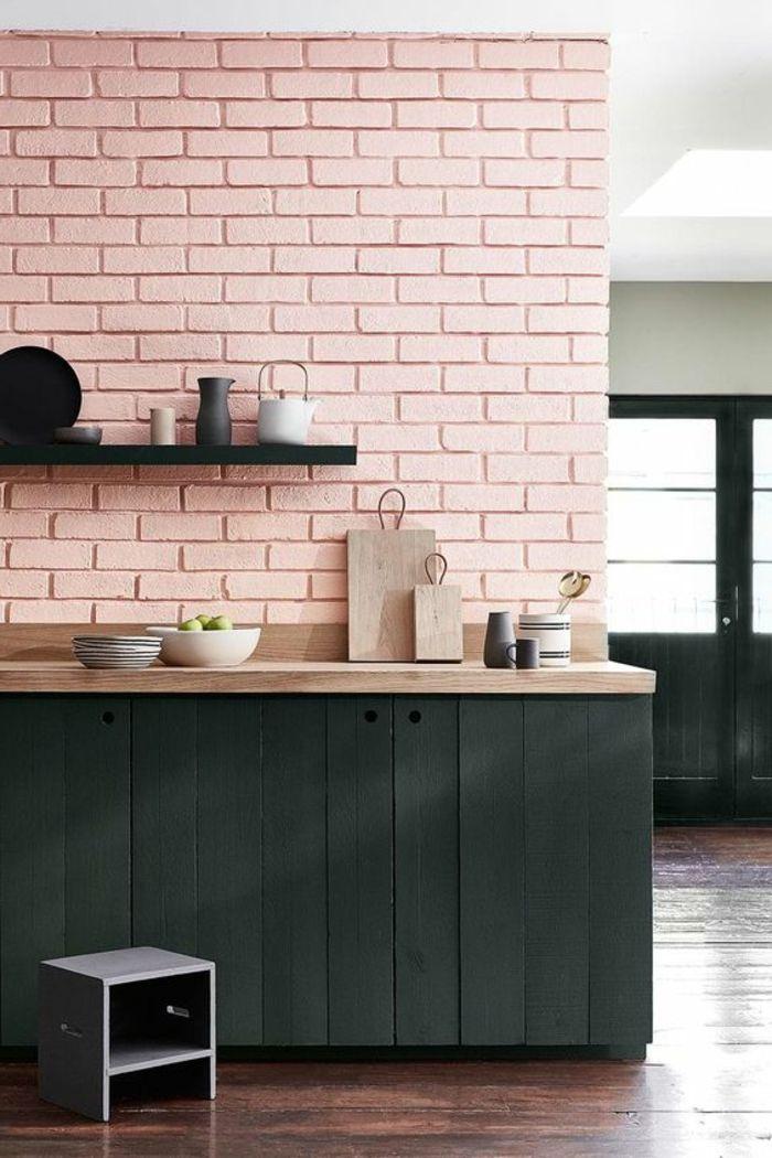 decoracion nordica, cocina con pared en rosa pastel, alacena en madera negra, platos y tetera