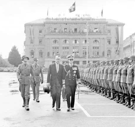 Bhumibol (rechts) schreitet 1960 im Beisein von Bundesrat Max Petitpierre die Ehrenkompanie auf dem Bundesplatz ab.