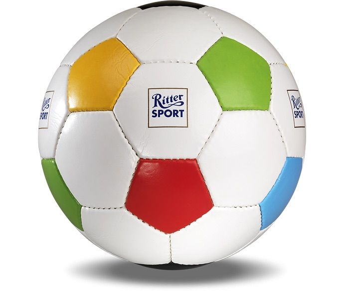 Mit unserem RITTER SPORT Fußball bekommt ihr das Runde auch ins Quadratische.