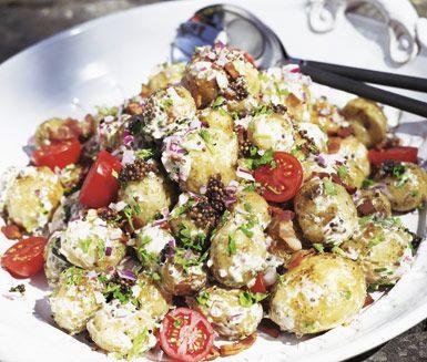 En matig och mättande potatissallad med senapsfrön och bacon. Potatissalladen passar utmärkt att servera som tillbehör till grillat kött på sommarfesten!