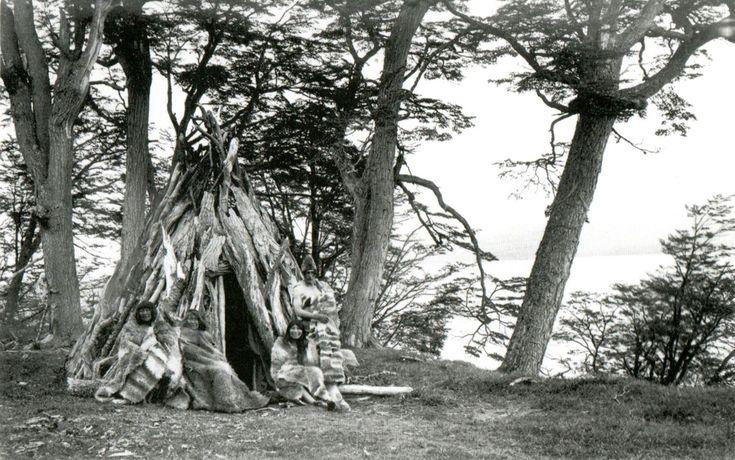 Cultura  Selk'nam - Vivienda selk´nam y familia en la zona del lago K`ámi, Isla Grande, Tierra del Fuego. Fotografía de Alberto María De Agostini. 1915.
