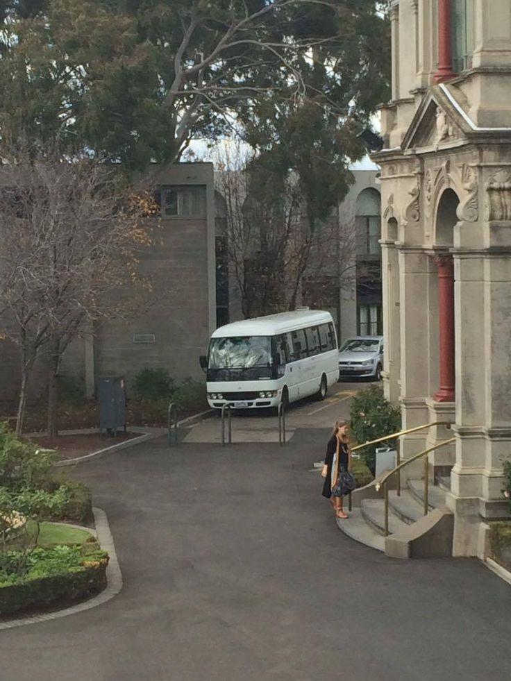 cette photo c'était pris la semaine dernière. C'est le bus de mon l'école. c'est un petit bus blanche avec le nom de l'école en grand, bleu mots.   A droit, il y a un bâtiment s'appelle 'Sherren house'. c'était conduit en 1922. c'est gris avec rouge colonnes à l'avant du bâtiment. c'est le bâtiment où les profs viennent pour leur déjeuner.  A la gauche, il y a une fontaine. Vous ne pouvez pas voir dans cette photo mais c'est très jolie. C'est entouré par un beau jardin.