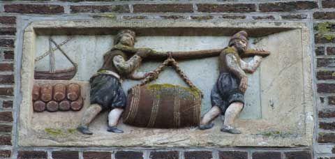Gevelsteen op de Bierkade in Hoorn: de vaten met bier worden het pakhuis ingedragen