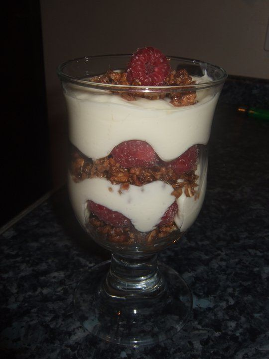 WHITE CHOCOLATE AND RASPBERRY DESSERT 8 Syns / use a healthy extra b + 2 Syns! Lovely using hi fi rocky road x 2 or 1 hi fi deluxe choc ;)