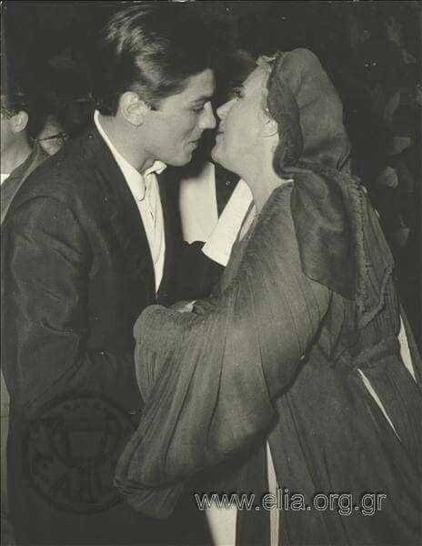 Η Κατίνα Παξινού υποδέχεται τον Alain Delon στην Επίδαυρο ~ 1960