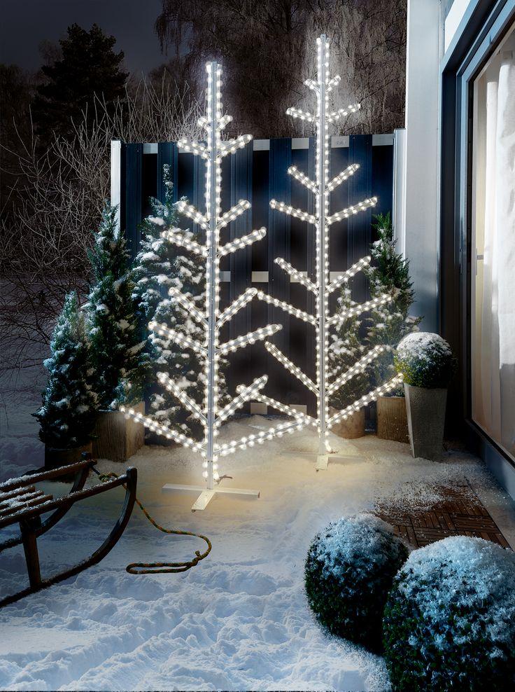 Good Dieser LED Weihnachtsbaum ist von LED Lampen in Form eines Lichtschlauchs eingerahmt