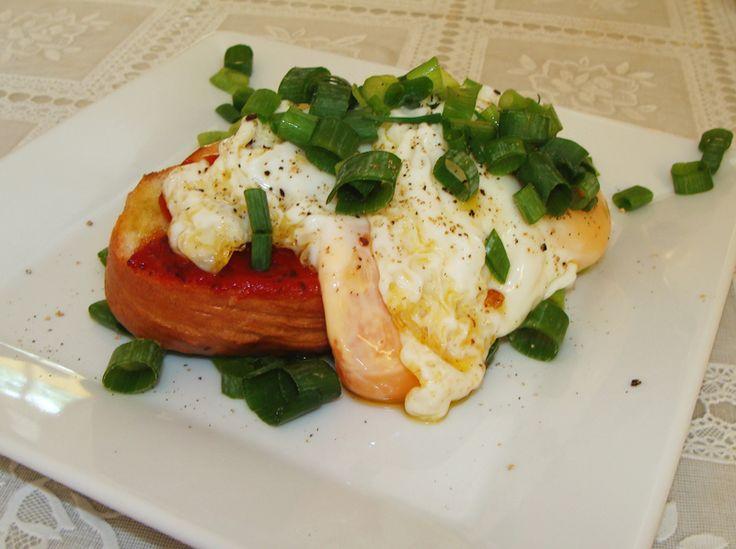 Jajko po hiszpańsku na grzance z chałki