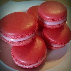 Ein einfaches Rezept, um perfekte französische Macarons zu zaubern. Mit vielen Tipps, Tricks und Varianten.