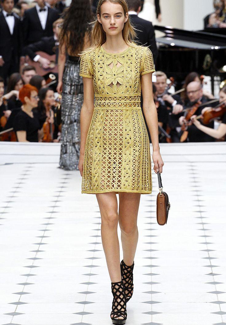 Meninas, bom dia! Vamos falar um pouco sobre o desfile da Burberry na London Fashion Week que rolou na semana passada? Teve taaaanta coisa que chamou a atenção.. A Burberry nunca falha, né? O desfi…