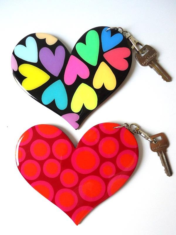Llaveros de corazón en madera pintados a mano. US$14 c/u