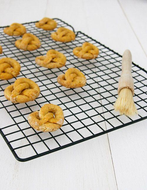 easy_homemade_sweet_potato_pretzels_dog_treats_02.jpg (500×647) aardappelPretzels!  BATAATPRETZELS  Je nodig hebt:  200gzoeteaardappel1 en ¾ kopjes volkoren meel1 eetlepel lijnzaad Meal1 scharrelei (geslagen)  * Voor honden met een allergie voor volkoren meel, probeer amandel- of kokosmeel.    OM:  Verwarm de oven voor op 175 graden Celsius.Bekleed een vlakke bakplaat met bakpapier.  1. Schil en dobbelstenenzoeteaardappelin blokjes en breng aan de kook in een pan met water.  2…