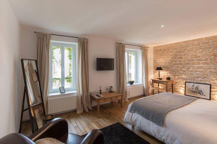 Chambre privée à Nancy, FR. Olivier vous accueille dans une chambre de 30 m2 dans son appartement en plein cœur du quartier art nouveau situé à 100m d une station de tram. Vous aurez tout à loisir de profiter du jardin et du calme absolu.