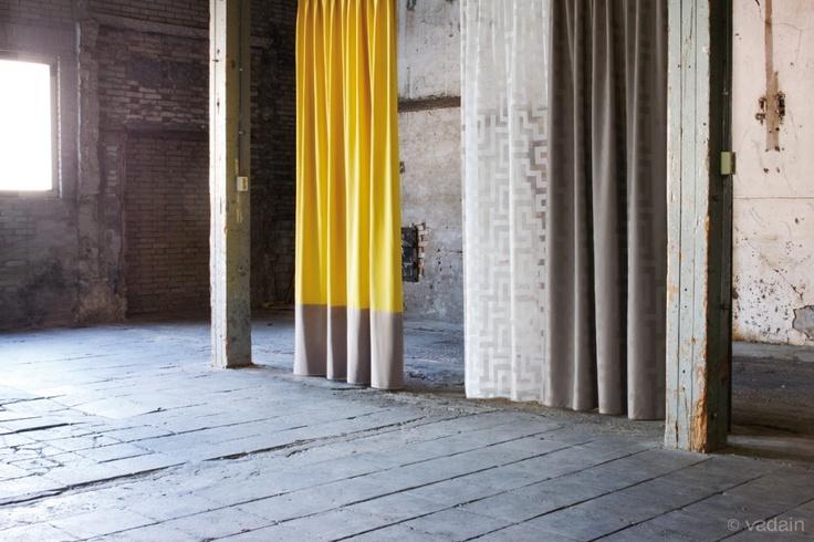 Connect, Tune en Next. De Connect (gele gordijn), is hier gemaakt als model Royale. Een prachtige brede border aan de onderkant van het gordijn, in een andere kleur. www.fransmolenaargordijnen.nl