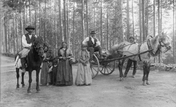 A travelling Romani family in Punkaharju, Southestern Finland in 1896.  Image source: Harry Hintze, National Board of Antiquities and Historical Monuments