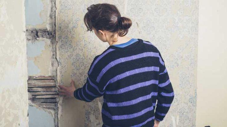 Wie stark ist der Schimmelbefall an der Wand? Entfernen Sie erst die Tapete  und denken Sie dabei an Handschuhe und Atemmaske.
