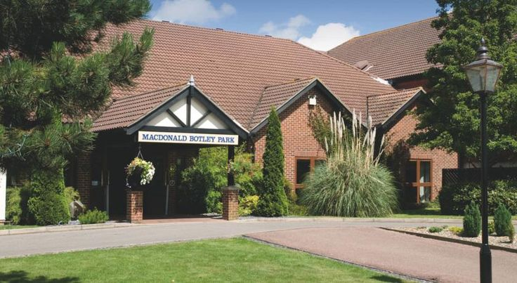 Macdonald Botley Park Hotel & Spa Southampton This 4-star hotel has an award-winning restaurant, a brand new state of the art technogym, a spa and a swimming pool. There is also free parking and free Wi-Fi in all public areas.