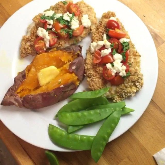 """Try this oat covered chicken with sweet potatay & mange toooooout #leanin15 Cooked in @lucybeecoconut oil """