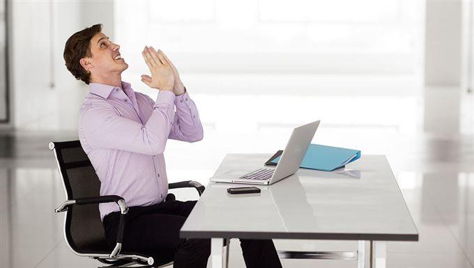 Ta en hälsopaus på jobbet och slipp onda axlar