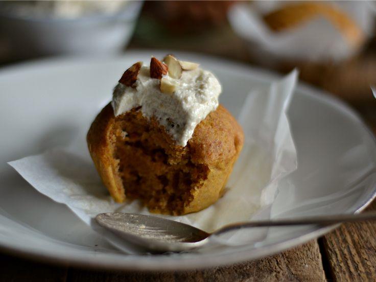 Queques de abóbora e canela, com cobertura de caju e baunilha, e avelãs. Receita vegan. Butternut squash muffins, with cashew vanilla frosting. Vegan recipe