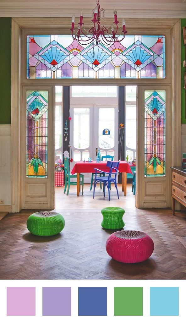 de kleuren van het loodglas herhalen met accenten, prachtig resultaat!