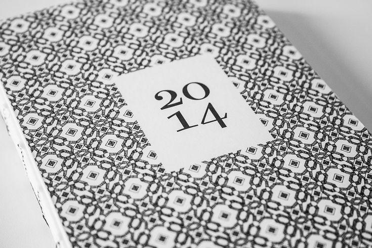 Übersichtlicher Taschenkalender mit 12 unterschiedlich handgezeichneten Mustern. Wochenkalender mit monatlicher Angabe zu Sonnenaufgang und Sonnenuntergang sowie Mondaufgang und Monduntergang. Informationen zu Sterzeichen, maximaler und minimaler Temperatur, Anzahl der Feiertage und Arbeitstage. Kategorisierung am Rand für schnellen Zugriff. Übersicht Jahr 2015 sowie Platz für Notizen. Design Annkathrin C. Dahlhaus