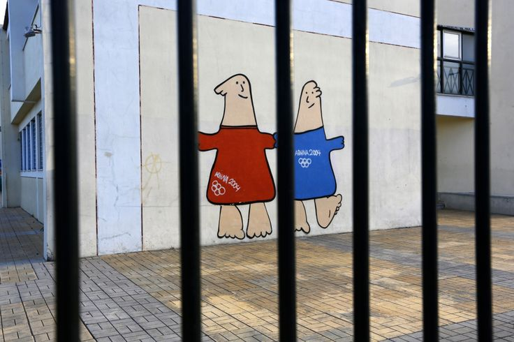 Les mascottes d'Athènes 2004 au village olympique à Thrakomakedones, au nord d'Athènes, le 25 juillet 2014.
