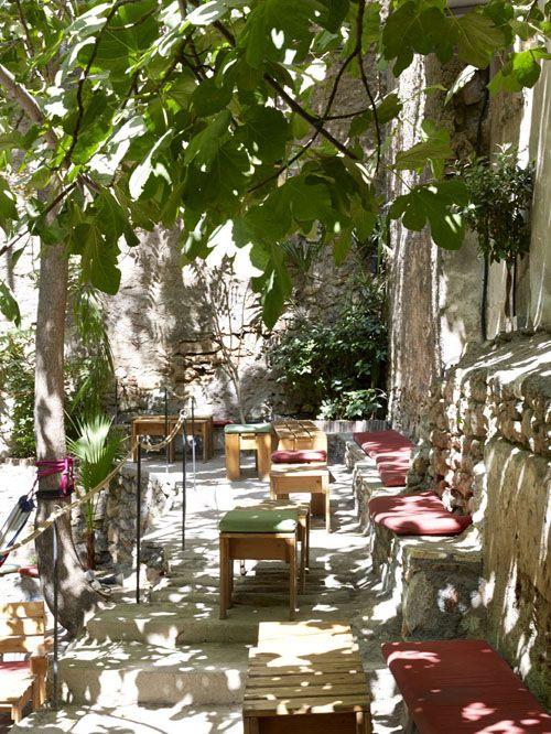 8 ιδέες για να πιεις καφέ στους πιο δροσερούς κήπους και αυλές της Αθήνας