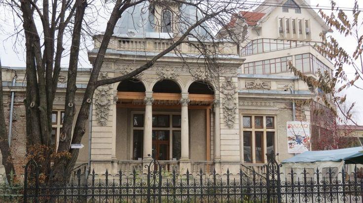 Casa Corbu (1898), Piatra Neamț; Construcțire tip parter în formă de «L». Intrarea principală prezintă un portic amplu, două coloane ionice, capiteluri cu volute, doi piloni masivi cu două coloane angajate, legate prin arce în plin cintru. Ornamentația cartușelor din stuc este realizată în stil roroco. Specifică arhitecturii eclectice cu dominantă barocă