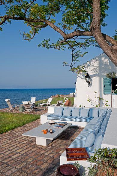 Terraza casa en la playa: bancos de piedra
