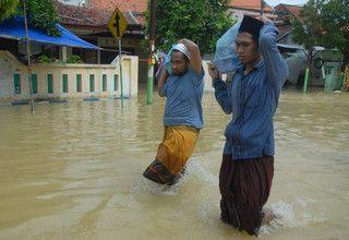 Students from an Islamic boarding school, known as pesantren, walk through floods in Sampang, East Java, on Feb. 9, 2017. (Antara Photo/Saiful Bahri)