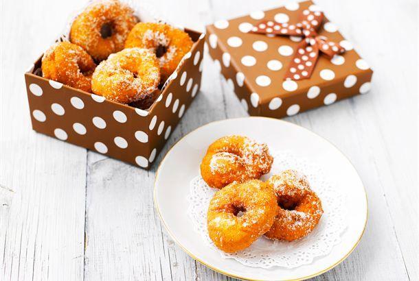 Donitsit ✦ Valmista itse donitseja. Niiden uppopaisto sujuu nopeasti ja ne kypsyvät tasaisesti, koska niissä on tunnetusti reikä keskellä. Näitä on mukava tehdä vaikka kaverin kanssa! http://www.valio.fi/reseptit/donitsit/