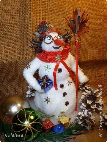 Доброго всем дня, утра, вечера и ночи! Сегодня хочу поделиться с вами секретом создания вот такого снеговика. Мастер класс был создан спонтанно, местами с обрывками, но я их восполнила. Времени на такого снеговичка у меня было всего 2 часа, я очень торопилась, много идей по его декору не осуществила, но с радостью с Вами ими поделюсь.... фото 1
