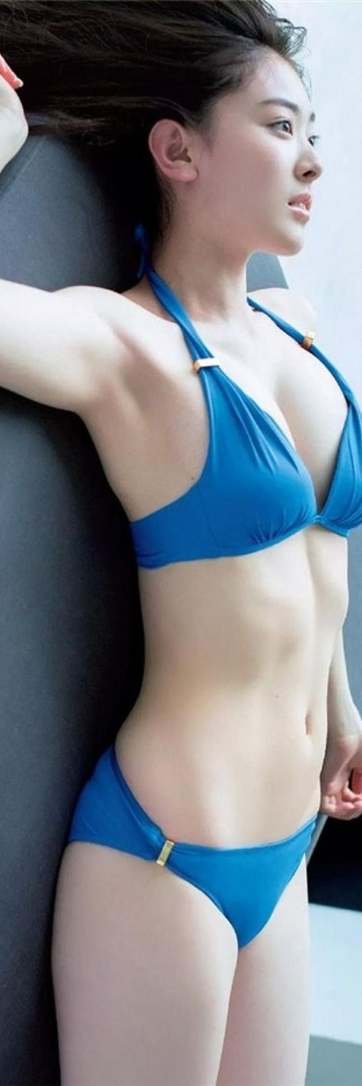 青い水着の水上京香