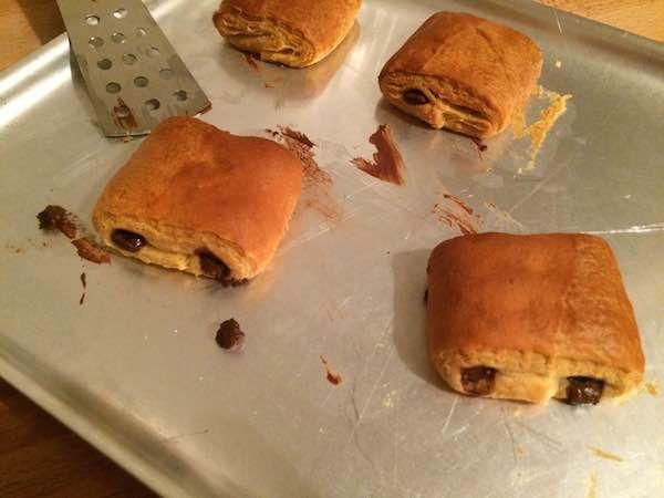 La ricetta veloci dei pan au chocolat, i saccottini al cioccolato francesi, da preparare con la pasta sfoglia. Foto e spiegazioni passo passo.