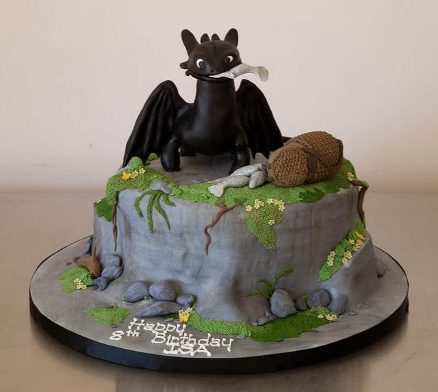 The Bitch With A Dragon Tattoo  Here's one for all you Toothless Lovers~ How'd you like THIS cake on your birthday! ~/vv/~  (no idea who made it)