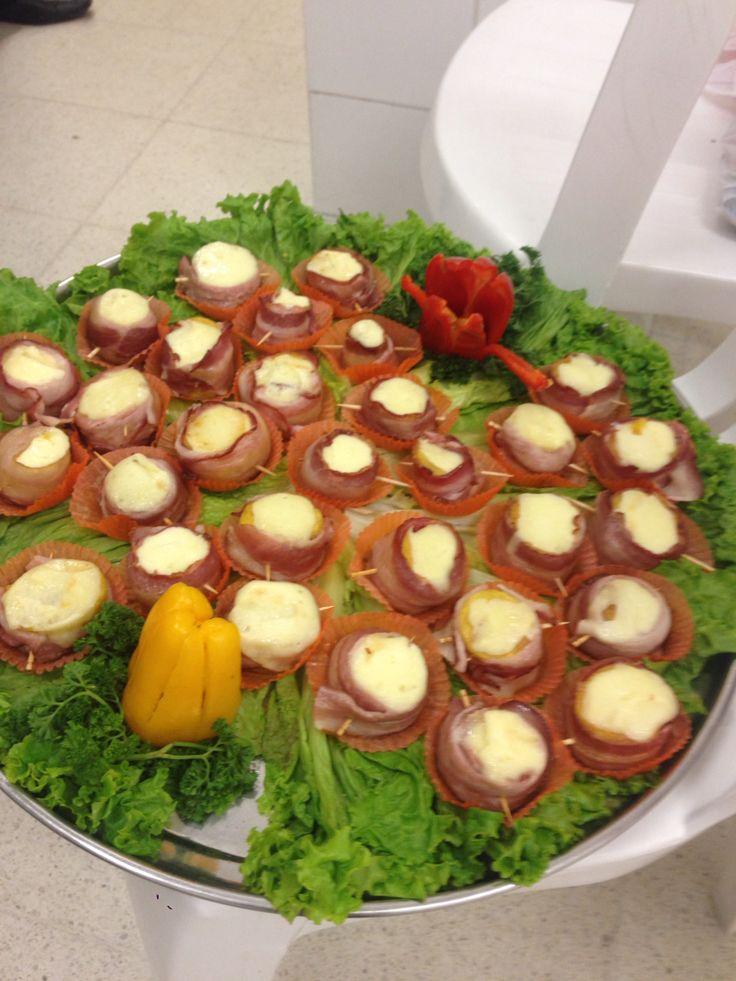 Maduritos enrollados en tocineta y queso mozarella