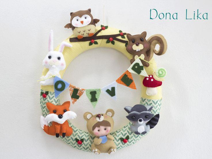 Guirlandas para porta de maternidade personalizadas. <br> <br>Guirlanda toda costurada à mão, em feltro e tecido. Tem aproximadamente 35 cm de diâmetro. <br> <br>Entre em contato para mais informações! <br> <br>Obrigada pela visita! <br>Dona Lika