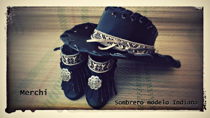 Negro, con decoración en tonos a juego
