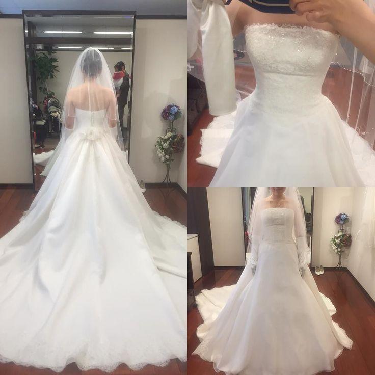 タカミブライダルの新作ドレス試着 これかわいいかった()後ろはくるみボタンで胸元は繊細なレースとキラキラ後ろのスカート部分に多めにプリーツが入っていて後ろはふんわり 裾もレースがかわいい たぶんアンナリサっていうドレス名でした  #プレ花嫁 #ウエディング #ウエディングドレス #ウエディングドレス試着 #結婚式準備 #タカミブライダル #新作ドレス #アンナリサ by ao_asuna