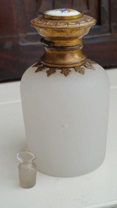 Online veilinghuis Catawiki: Wit Opaline Glazen Parfum Flesje met| Messing Montuur en porseleinen dop, met originele stopper Frankrijk, laat 19e eeuw.