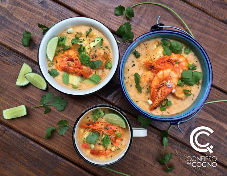 Esta sopa es una adaptación del clásico locro de la Sierra ecuatoriana, a base de papas, suave y cremosa, con camarones, choclo y consomé de mariscos