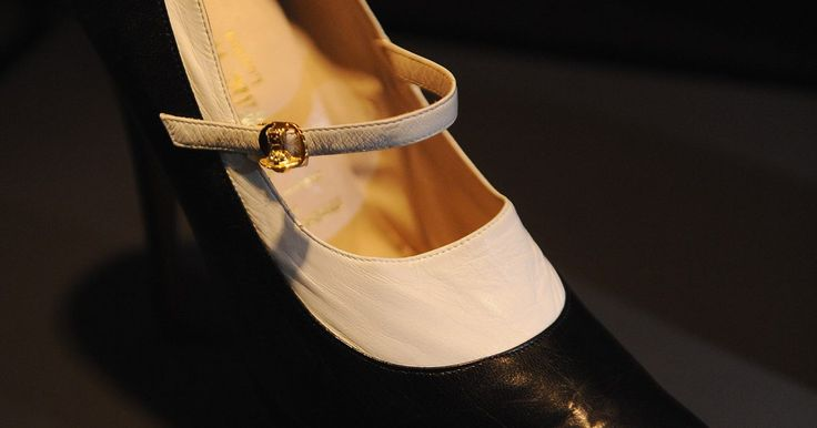 """Zapatos de la década de 1920. En la década de 1920, los zapatos se volvieron un accesorio de moda más importante a medida que las faldas se hicieron más cortas y las danzas de saltos, permitían que se luciera el calzado. Los tacones """"Louis"""", zapatos con tacón curvado grueso que prevalecieron a principios del siglo XX, evolucionaron hasta zapatos más delgados y con tirantes a ..."""